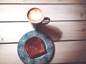 Czarna kawa z grzanką