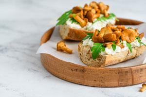 Bagietka z kurkami i serem pleśniowym