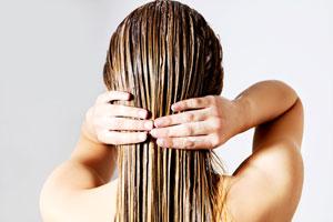 Nakładanie odżywki na włosy